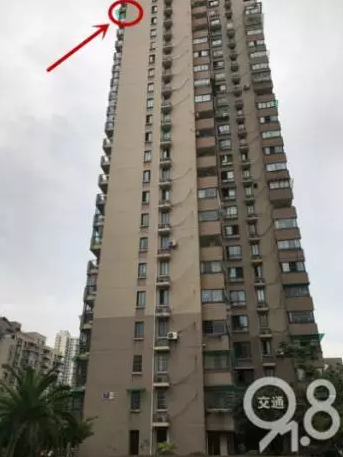 杭州4岁小女孩坠楼身亡 事发时独自在飘窗玩耍