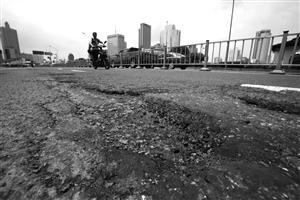 """""""平坦行动""""见成效 坑坑洼洼的道路如今平顺多了"""