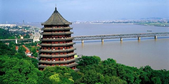 位于西湖之南,钱塘江畔月轮山上.