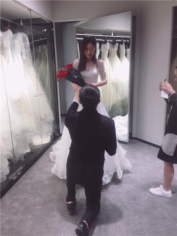 男生向肤白貌美女友求婚 准丈母娘当起了同伙