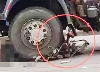 离奇车祸!电动车被碾碎车主却不见了