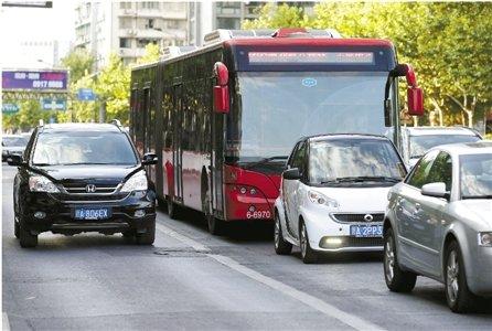 杭州16个主要路口的公交专用道改为普通车道