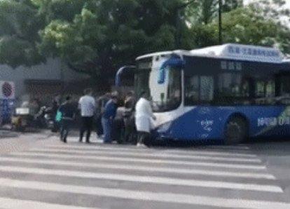 老人被卷公交车底 几十人冲过去抬车