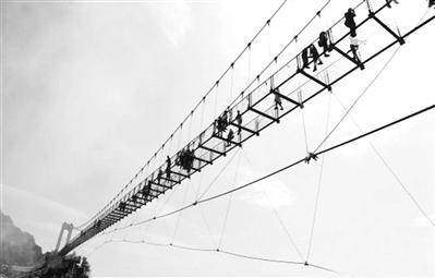 66层楼高!国内海拔最高玻璃桥开放