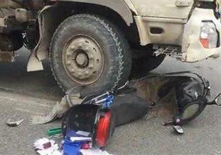 温州一电动车卷进搅拌车底碾碎