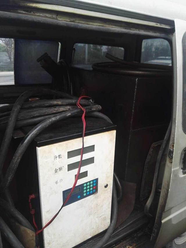 金华一面包车改装成 流动加油站 马路上加油