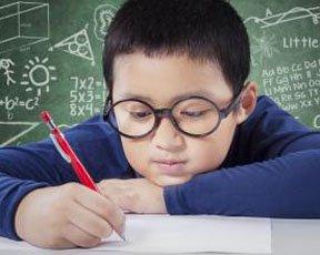 小学新生300度近视,该戴眼镜吗?