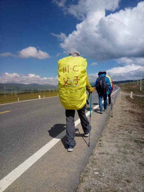 12岁男孩徒步进藏 背包20斤日行60里