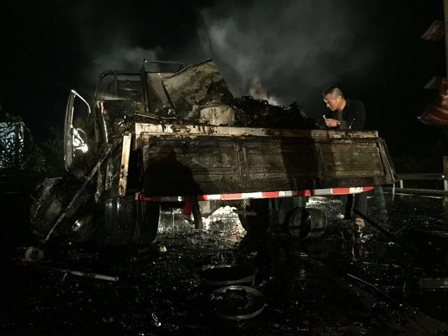 搬家货车高速上突然起火 一车家具行李烧成灰烬