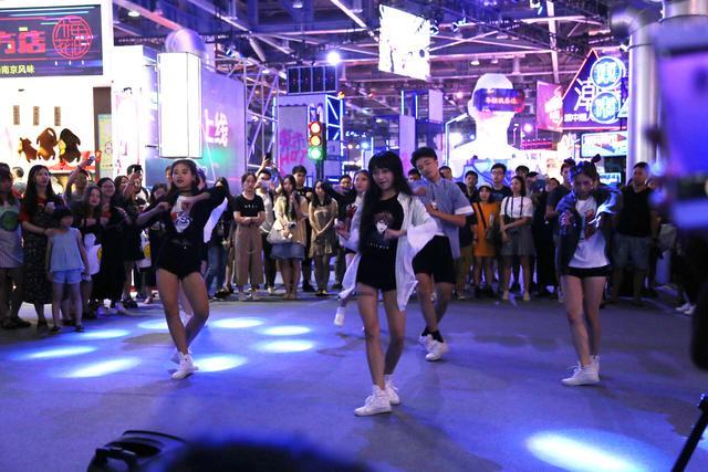 造物节:保安与快闪舞团尬舞!谁的舞技更胜一筹?