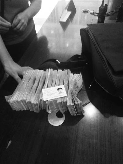 温州保安巡查时发现一个黑色背包 内有12.8万现金