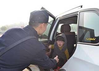 后怕!父母上山却留4岁孩子在车内