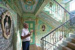 老人将楼道装点似宫殿