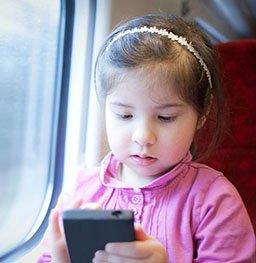 这样玩手机致10岁女孩身高不到1米2