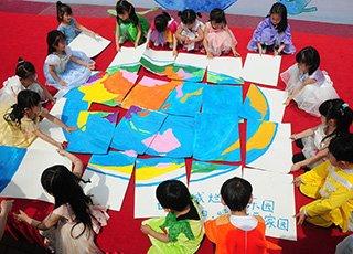 世界地球日 杭州萌娃拼动漫地球呼吁关爱家园