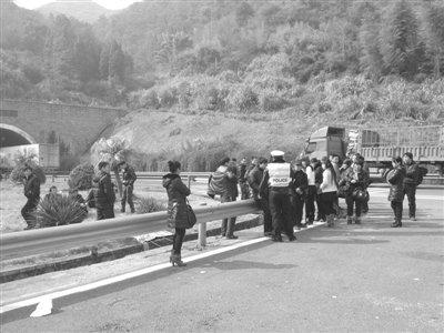 误信黄牛 温州36名乘客在高速公路集体等车