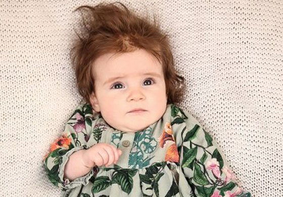 小宝宝一出生就拥有浓密秀发 引人惊叹