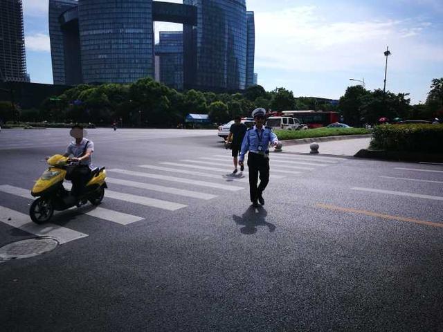 短短半小时 15人骑车违反交规被拦下