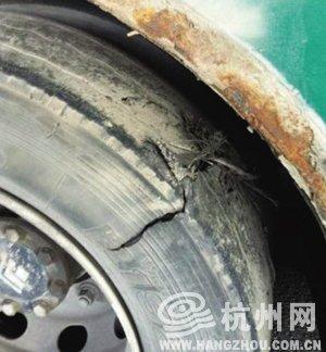 公共汽车的轮子-杭州一公交车突然爆胎炸穿车辆底盘 四乘客受伤高清图片