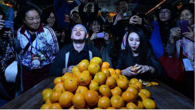 台州老外PK网红吃蜜桔 2分钟吃31个赢下马桶圈