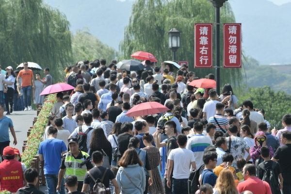 长假首日超过39万人逛西湖 最热景点是它们