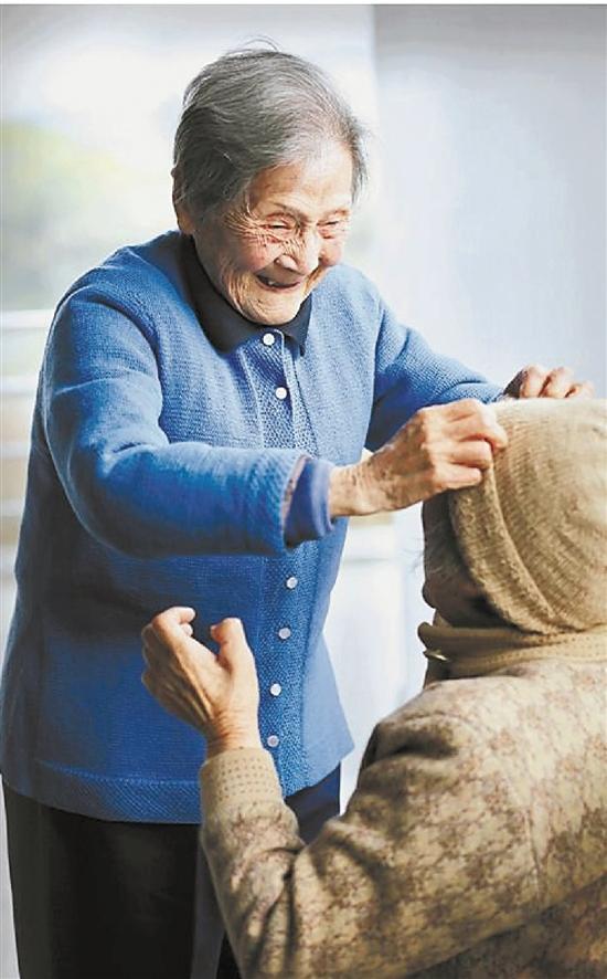 爱心路上 百岁老人女红不辍