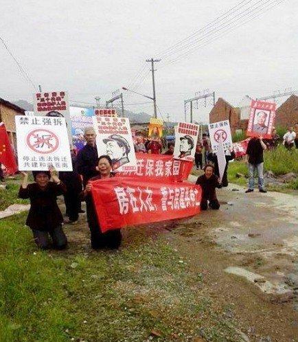 网曝温州苍南发生暴力强拆 村民下跪抗议被殴打