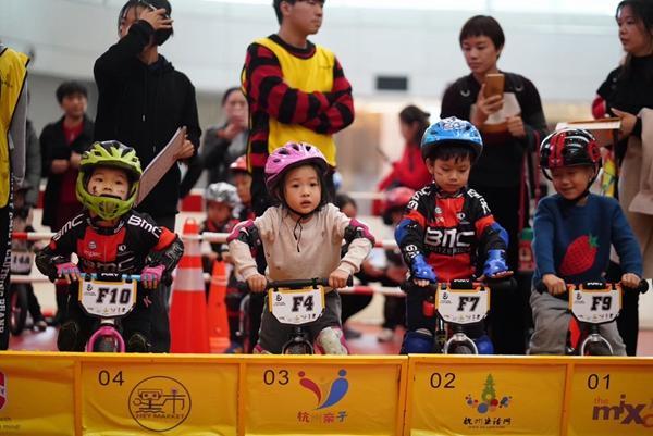 """没有脚踏板没有链条 万象城上演幼儿版""""速度与激情"""""""