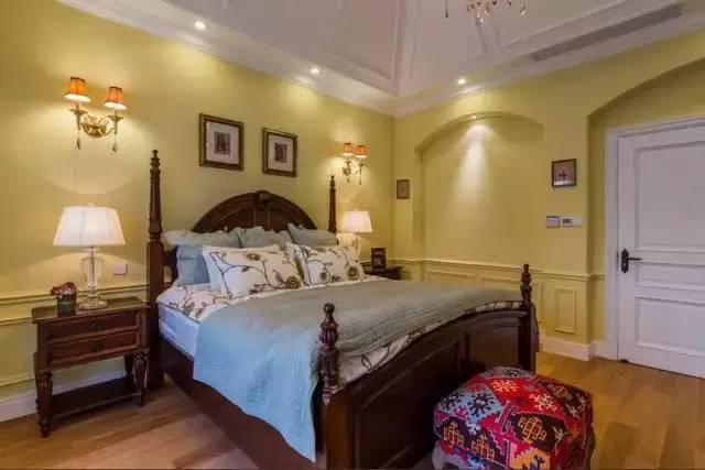 三、门要匹配相应风格 什么样的风格当然搭配什么样的卧室门,对于欧式风格,可以选择白色或者棕色的卧室门,对于田园风格,就要选择像米色、灰色这样的浅色系门;如果是简约风格,那或许要考虑用木色的卧室门,和整体风格匹配才是合适的。 地中海风格感觉就更明显了,不仅卧室门的颜色可以选择蓝色来搭配,就连样式都可以不拘一格,可以做装饰门。