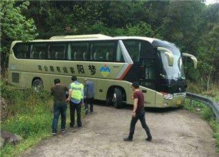 54名游客被困在盘山路上