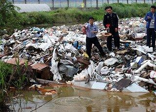 工厂外的小河成垃圾场 水质劣五类