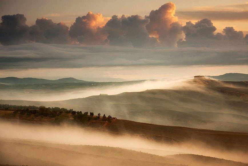 晨雾之中的田园小镇