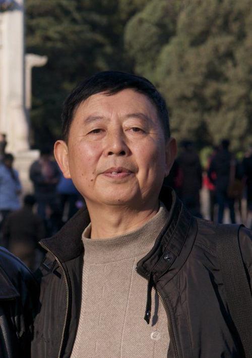 邱易东,国家一级作家 、四川省特级教师