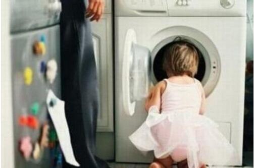 奇葩!年轻爸爸将3岁孩子锁洗衣机内:只为拍照