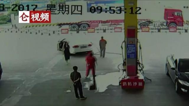 加油站加个油 宁波美女司机把加油管拉断了