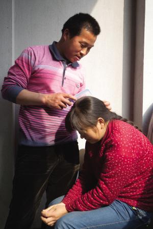 王师傅在宿舍里给老婆梳头-厨师17年献血57次 这次他要给老婆治白血