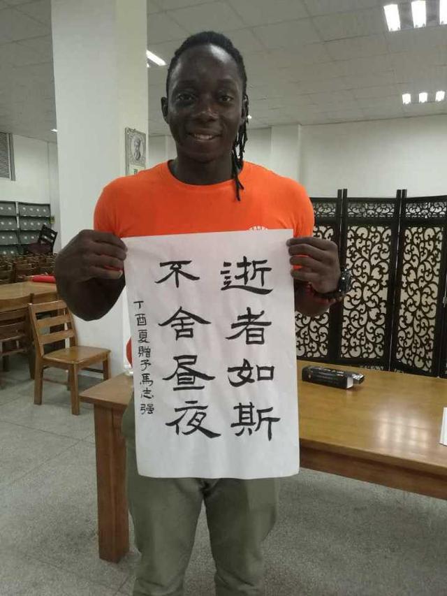 非洲外国友人笑称在衢州晒黑 要回家乡避暑