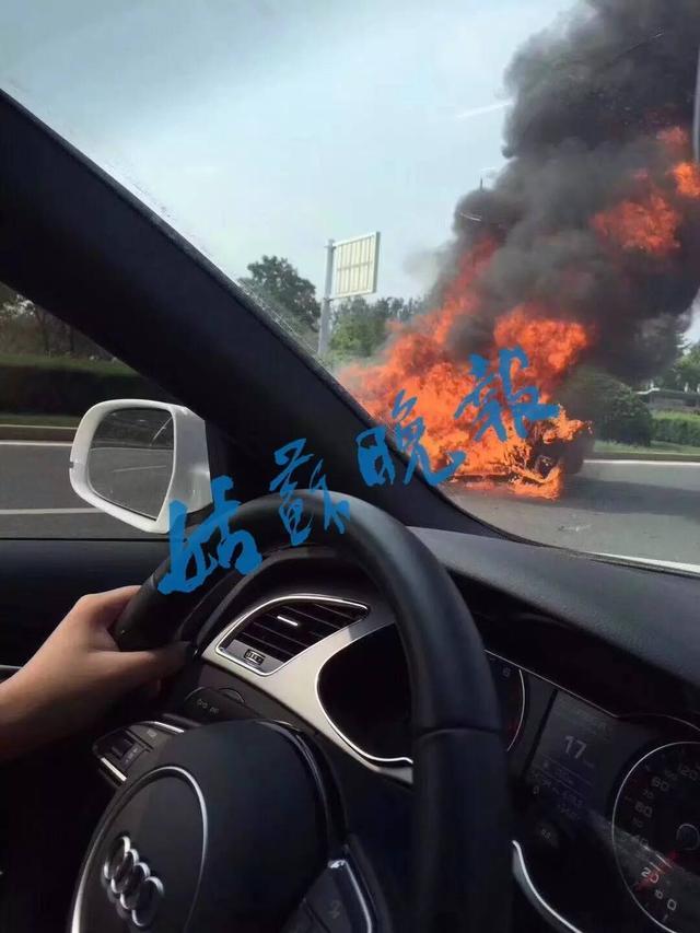 浙牌法拉利自燃烧成废铁 车主疑被劳斯莱斯接走