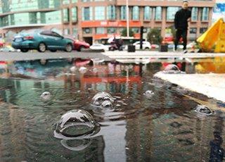 温州的怪现象:一摊积水一直在冒泡