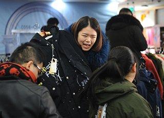 羽绒服50元!亚虎99娱乐四季青掀起抢购潮