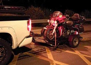 几十万的巡航摩托车被皮卡车拖走