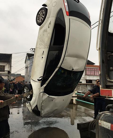 开��y�n�oe_余姚女司机雨夜跟导航开入河中 及时开窗成功获救