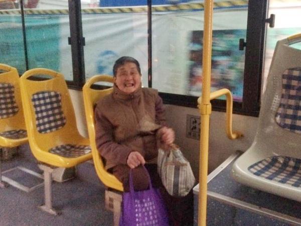宁波老大娘提着一袋冬袜送给公交司机