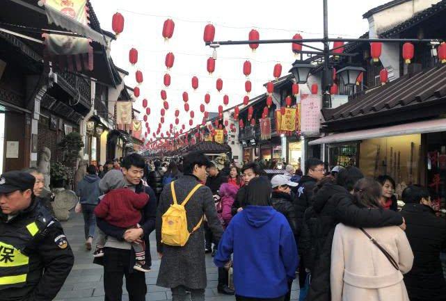 >杭州这条街都是人</