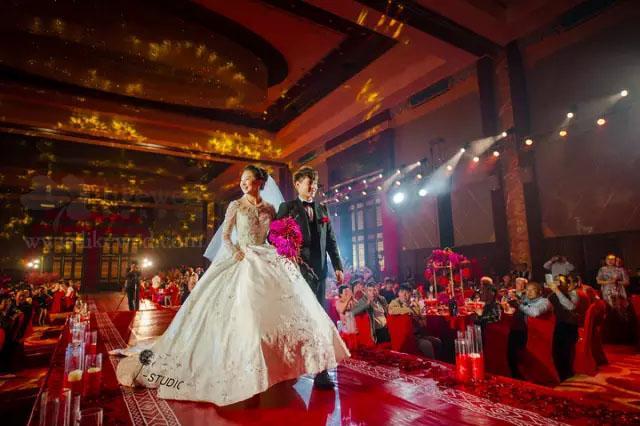 万众瞩目的婚礼上超紧张 结婚誓词怎么讲?