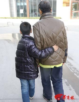 9岁娃医院里独自照顾重病父亲 每天为父买饭按摩