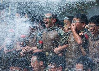 杭州新生军训 硬扛高压水枪10分钟