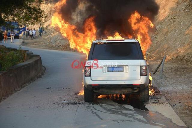 温州一路虎车突然起火 几分钟仅剩车架