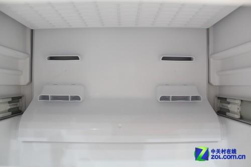 由于风冷制冷方式的独特结构,风冷冰箱的蒸发器没有设计在冰箱间室中