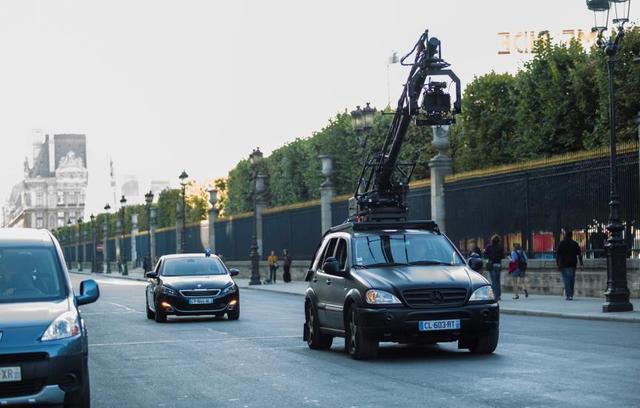 法国首都巴黎著名的里沃利大街(rue de rivoli),驾驶新标致308高清图片
